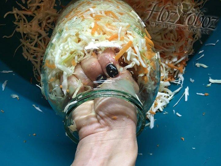 Немного прижимая каждый слой кулаком утрамбовываем капусту в банку