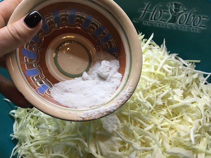Всыпаем в миску с капустой соль