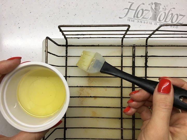 Решетку для жарки кебабов предварительно смазываем растительным маслом