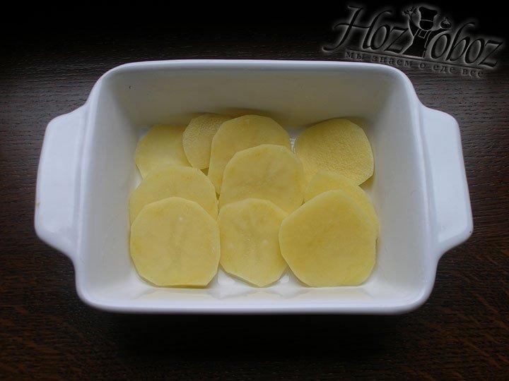 Часть картофеля выкладываем в форму