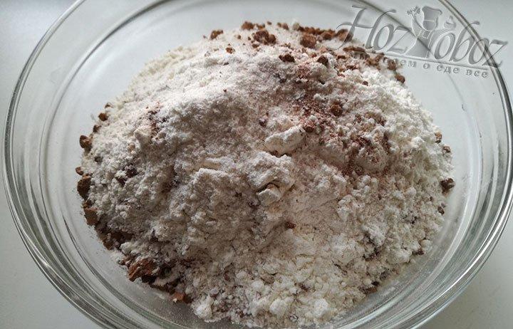 Для брауни соединяем в миске сухие ингредиенты: муку, какао порошок, сахарный песок, ваниль и соль