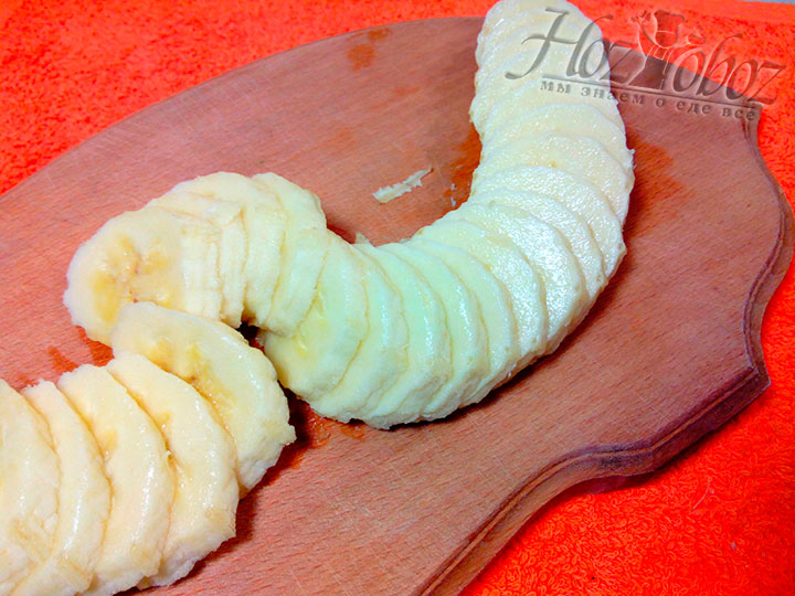 Отстаиваем тесто около 10 минут, а тем временем нарезаем кружками 400 г очищенных бананов