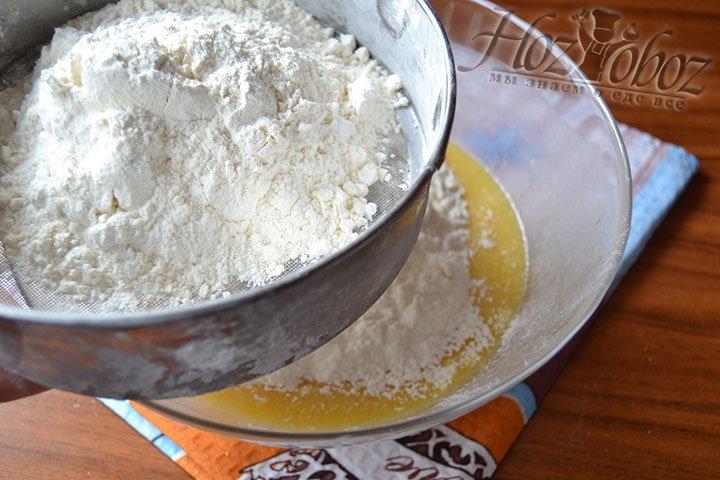 Понемногу добавляйте пшеничную муку