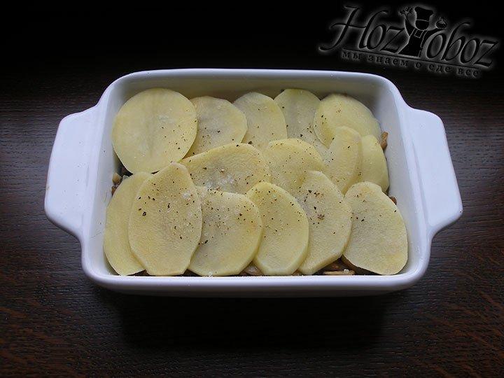 Выкладываем картофель, солим и перчим. Потом снова грибы и картофель
