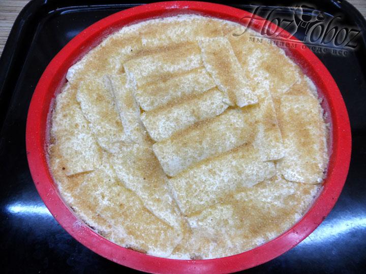Сверху посыпаем пирог коричневым сахаром