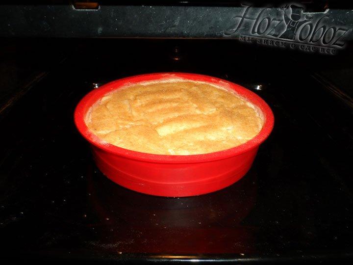Выпекать пирог необходимо при температуре 200 градусов на протяжении 30 минут