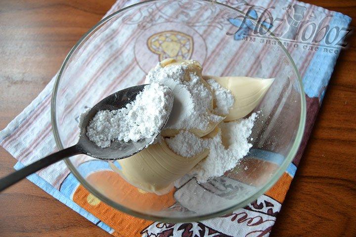 Смешайте сыр с сахарной пудрой