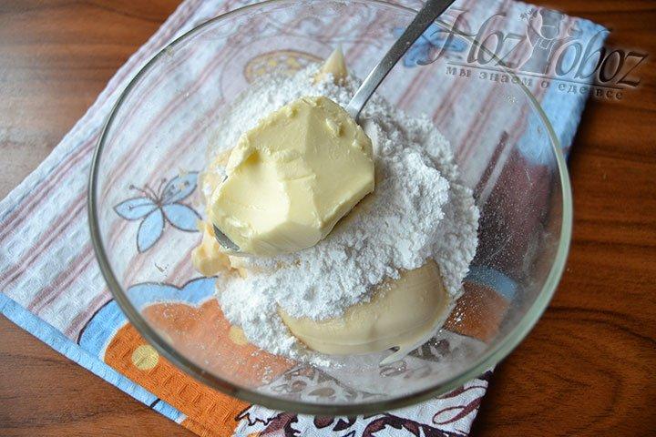 Положите мягкое масло в основу крема