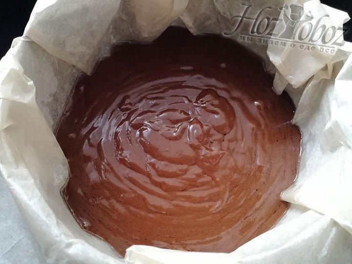Форму для выпекания выстилаем пергаментом и смазываем растительным маслом, а потом выливаем в нее готовое тесто