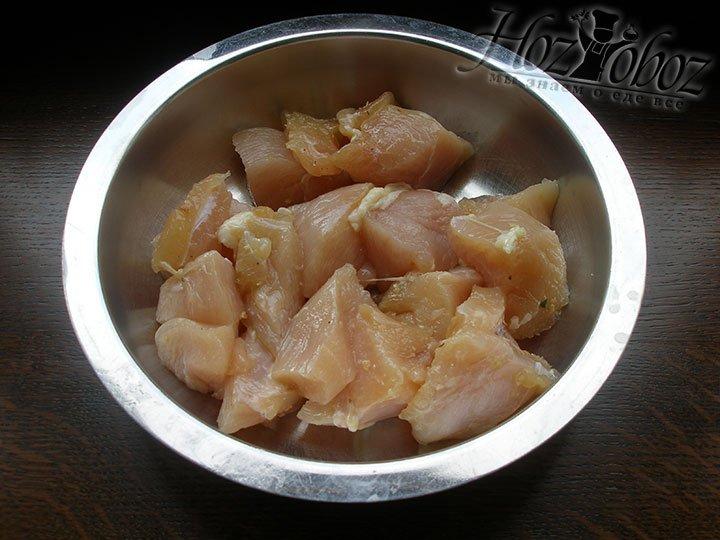 Куриное филе нарезаем на небольшие кусочки