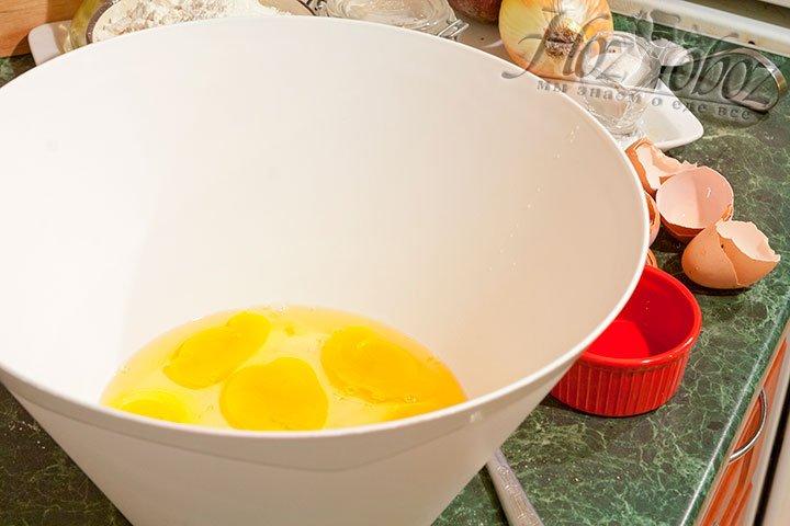 Начнем приготовление теста, разбив яйца