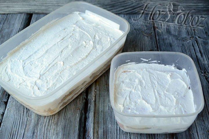Последний слой будет из крема и подравнять его следует столовой ложкой, после чего десерт нужно отправить в холодильник часа на 4