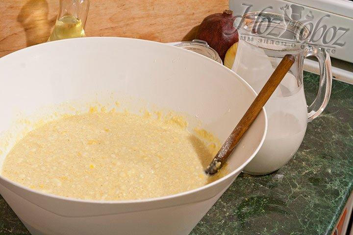 Постепенно добавляем в тесто муку с молоком