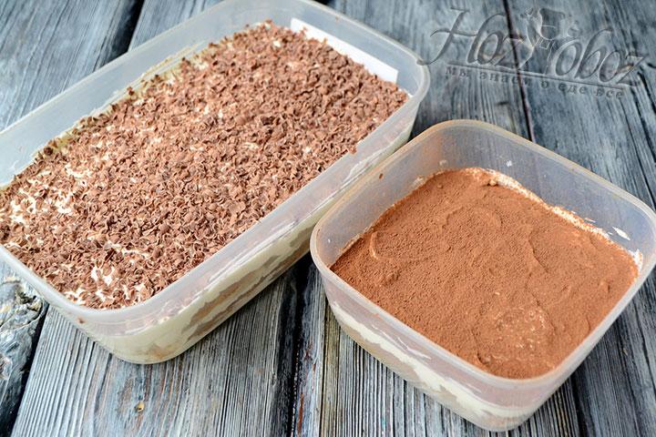 Когда десерт уже пропитается, его необходимо украсить тертым шоколадом или порошком какао