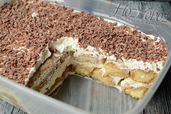 Уже готовый десерт нарежем порционными кусками и переместим на тарелки жаждущих попробовать вкуснятину