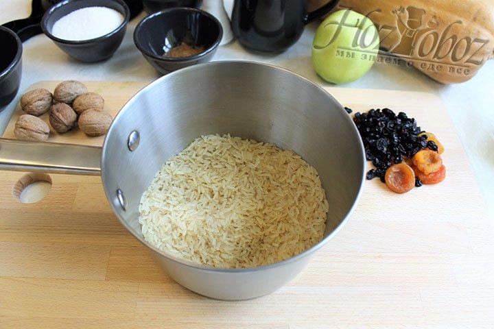 Приступаем к приготовлению. Чтобы рис получился рассыпчатым прежде всего перебираем его, затем промываем и замачиваем на пару часиков в холодной воде