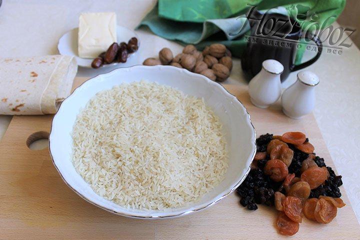 Для начала займемся рисом: переберем его, замочим на пару часов в холодной воде, а потом хорошенько промоем до тех пор пока вода не станет прозрачной