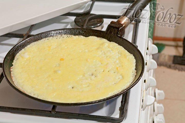 Наливаем блинное тесто на горячую смазанную сковороду