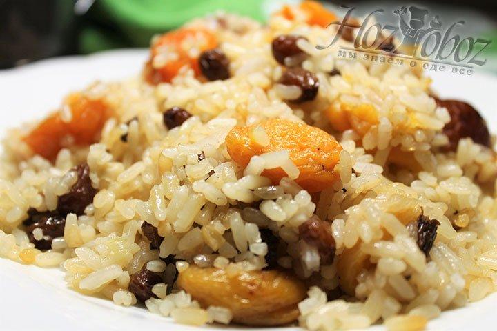 Как только вода из риса выпарится, прикройте плов тарелкой, а сверху еще и крышкой. Такой рис будет и сочным и рассыпчатым