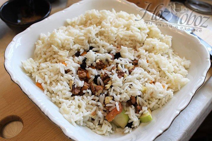 Сухой рис перекладываем к орехам и сухофруктам