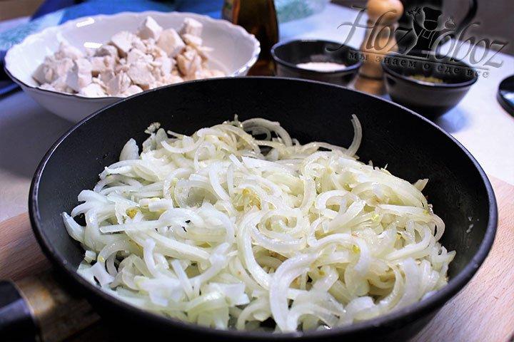 На отдельной сковородке разогреваем растительное масло и обжариваем лук