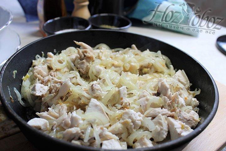 В обжаренный лук выкладываем нарезанное мясо