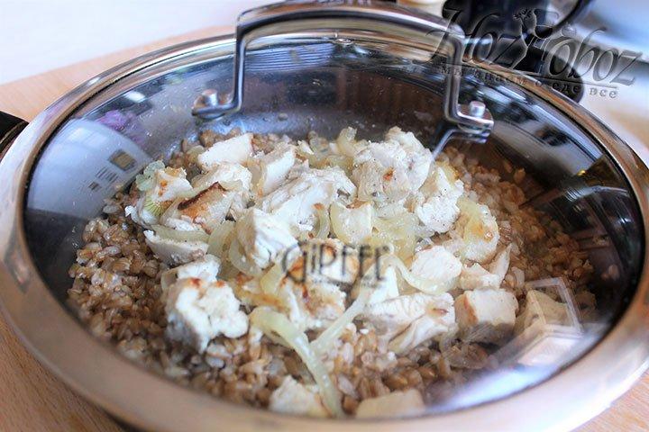 Собранное блюдо следует закрыть крышкой и потомить на слабом огне