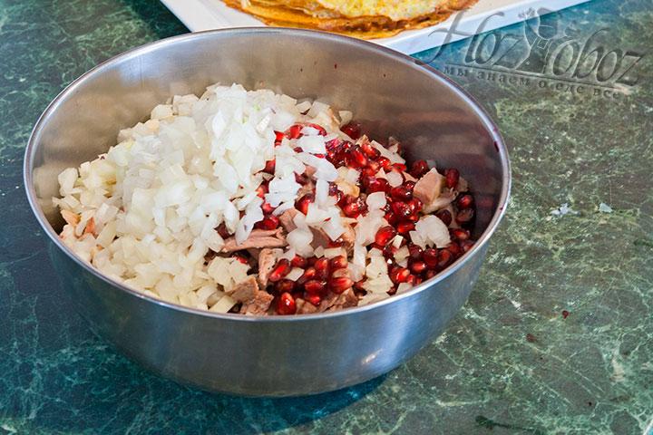 Последний ингредиент начинки для блинов – лук