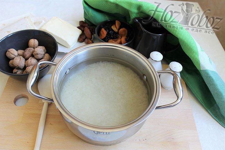 Рис необходимо варить в слегка подсоленной воде на протяжении 20-30 минут