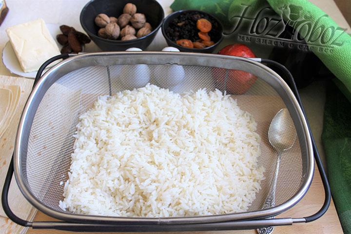Готовый рис отбрасываем на дуршлаг и промываем под холодной проточной водой