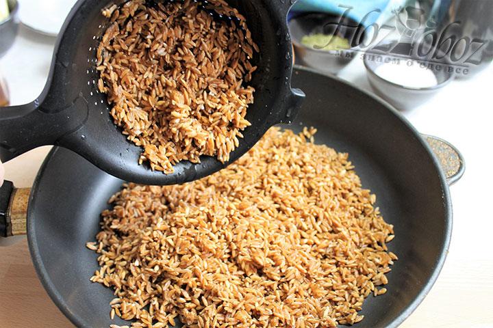 Тем временем отбрасываем на дуршлаг вымоченный ачар и перекладываем в сковороду с толстыми стенками