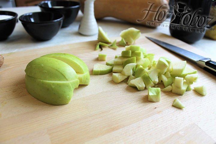 Яблоки очищаем от семечек и сердцевинки и нарезаем кубиками сантиметр на сантиметр