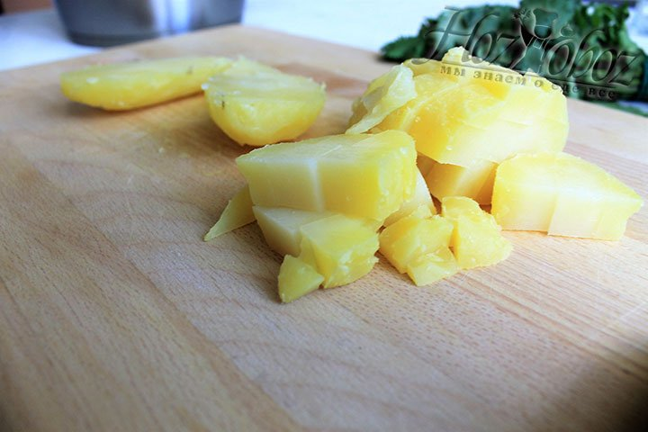 Режем клубни картофеля кубиками