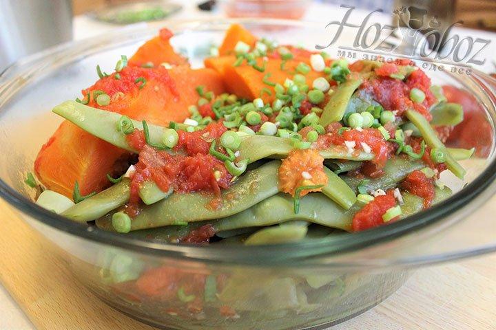 Теперь овощи осталось залить смесью овощного бульона с томатами, посыпать рубленной зеленью и отправить на сутки в холодильник. По прошествии указанного времени подаем туршу к столу и приятного всем аппетита!