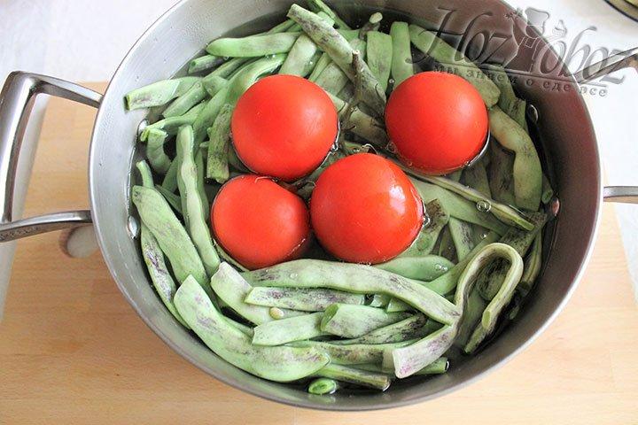 Не дожидаясь когда закипит фасоль, а точнее за несколько минут до этого, не на долго помещаем в фасоль томаты