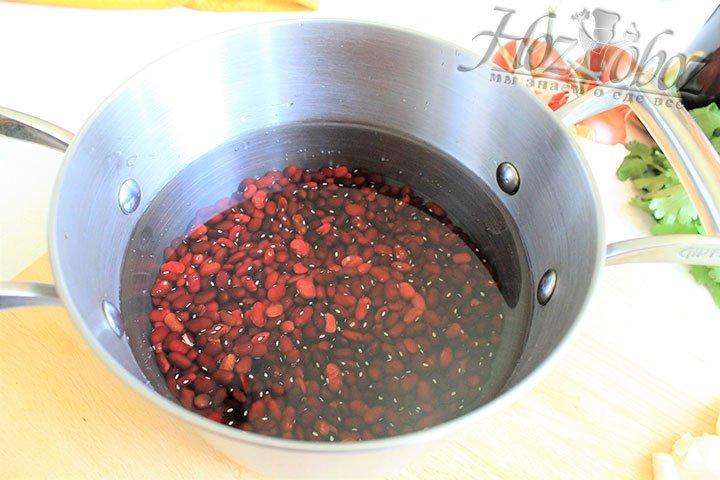 Фасоль переместим в жаропрочную кастрюлю с водой и поставим на огонь