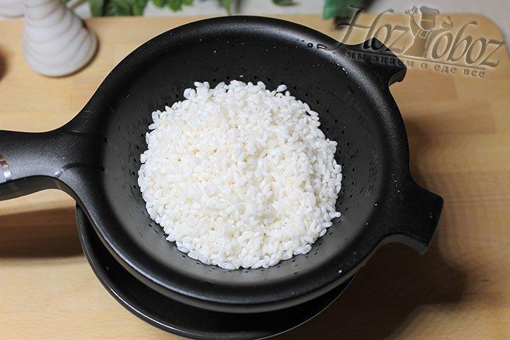 Рис перемещаем в дуршлаг и даем стечь воде