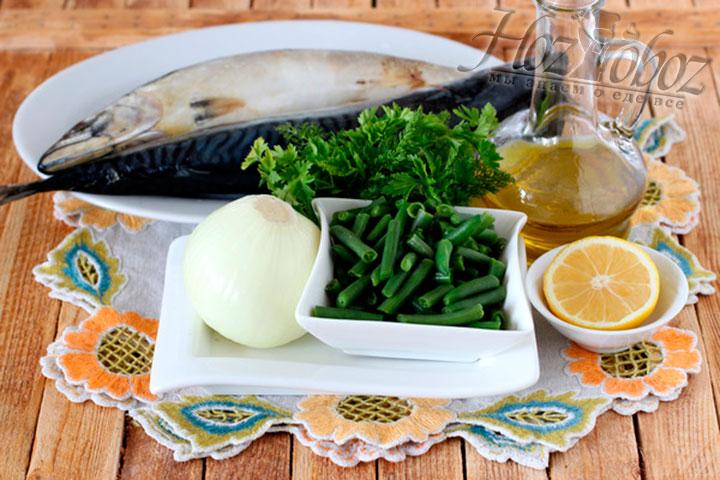 Для начинки измельчаем две луковицы и промываем стручковую фасоль