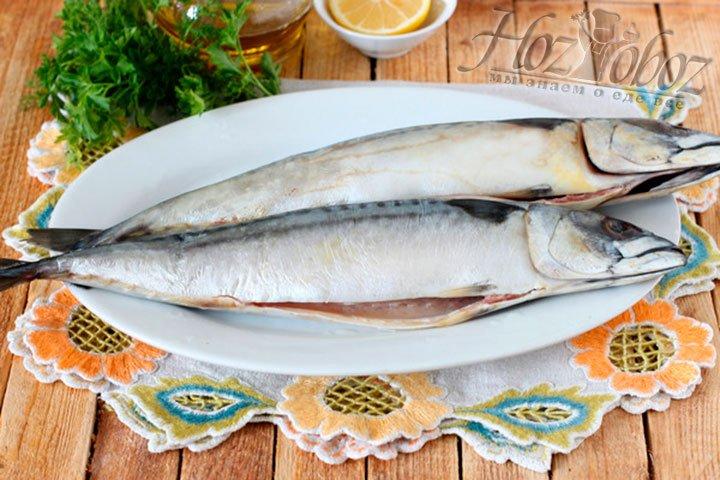 Принимаемся за рыбу: потрошим, хорошенько промываем под проточной водой, а затем солим и приправляем по вкусу, причем и внутри и снаружи