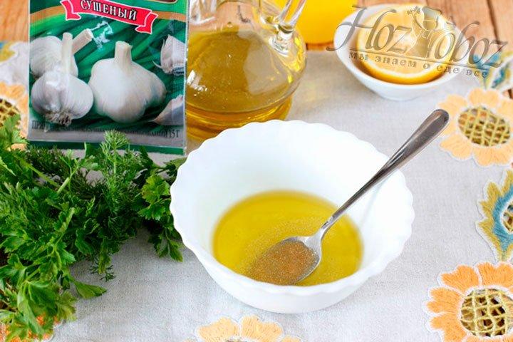 Для соуса смешиваем оливковое масло, чеснок или чесночные гранулы и немного лимонного сока