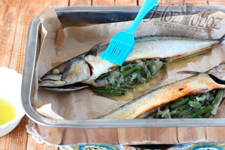 Готовую рыбу вынимаем из духовки, хорошенько смазываем соусом и отправляем под гриль минуты на три