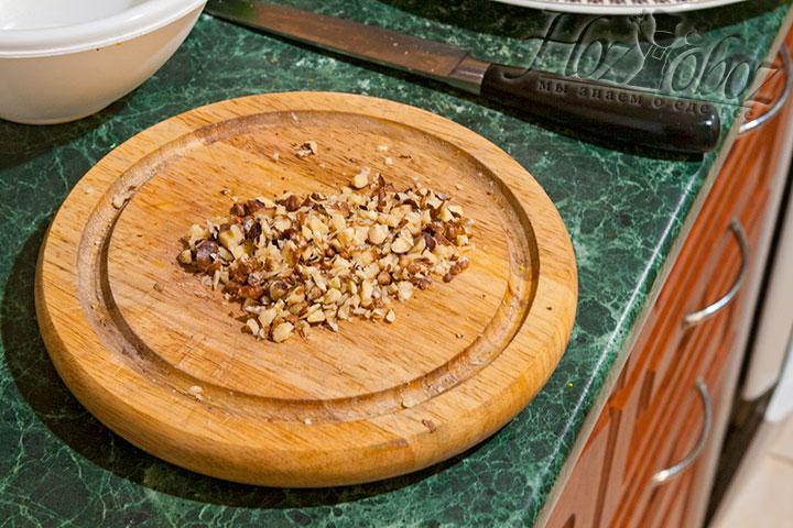 Мелко нарежем орехи