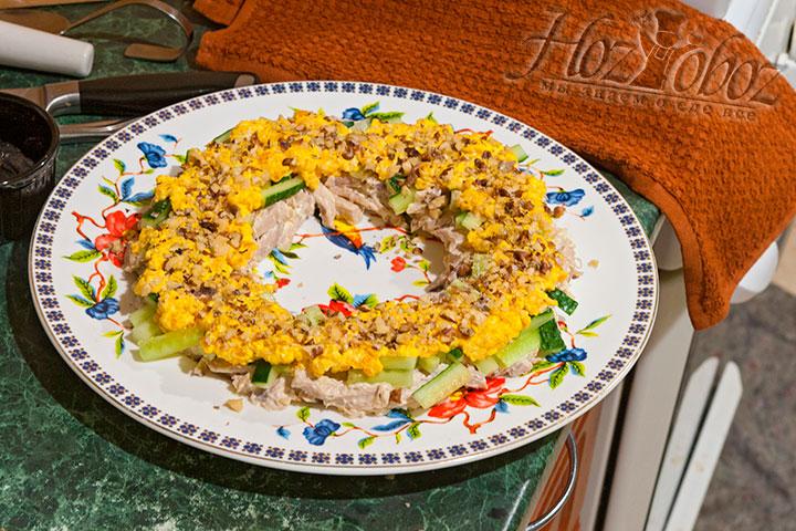 Сыпем половину орехов на желтки