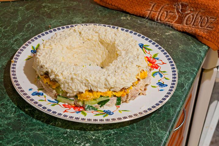 Натертые белки смешиваем с майонезом, солью, покрываем ими салат