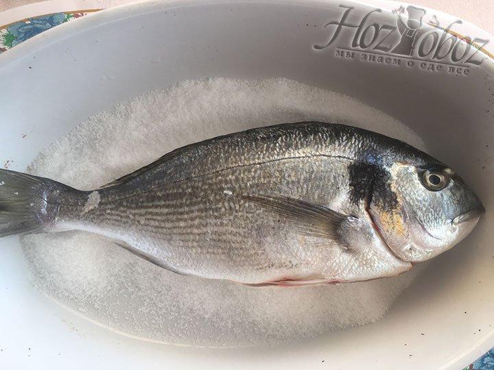 Заготовим нужную посуду для запекания, насыпем туда соли и сверху выложим рыбку