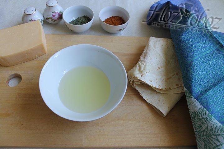 Для приготовления соуса с паприкой вольем в чашу для смешивания масло