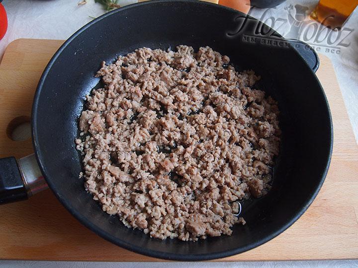 Фарш выложим на разогретую сковороду