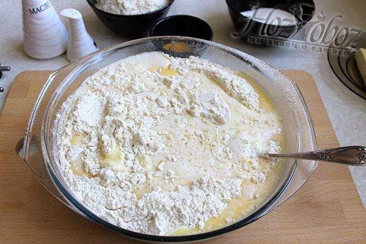 Соединяем муку и дрожжи с яичной молочно-маснянной смесью