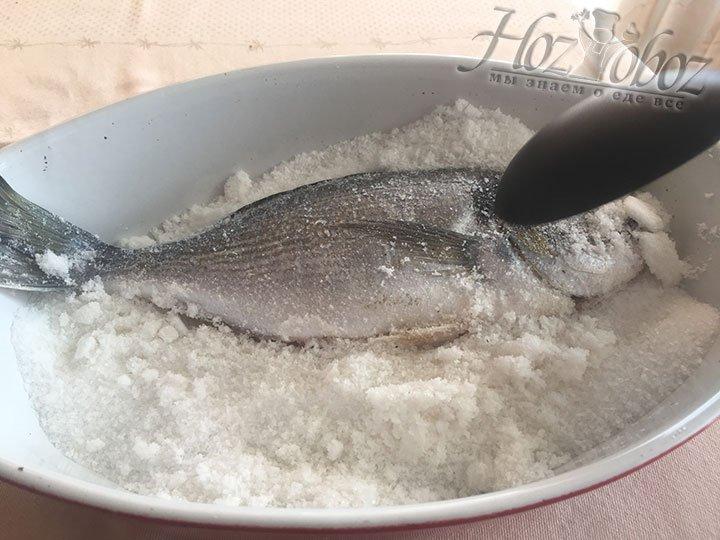 Разобьем корочку и освободим рыбу