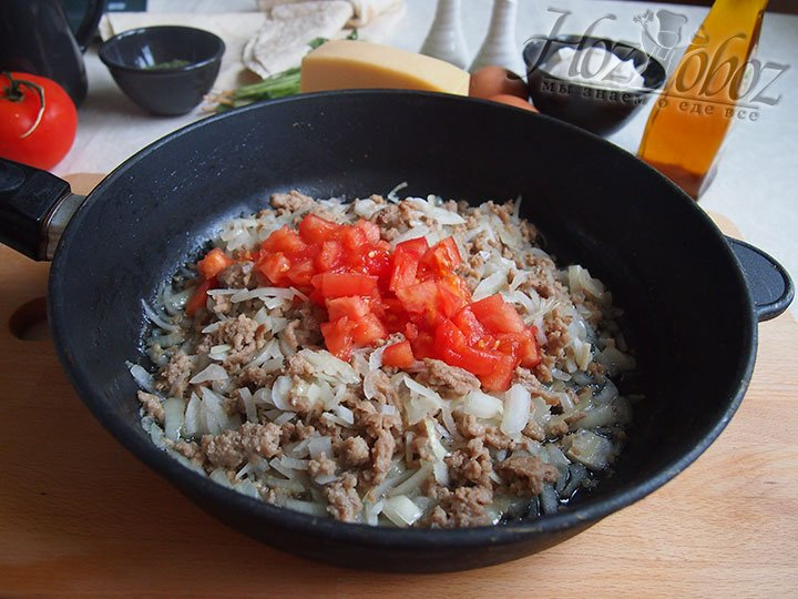 Резаные томаты добавим к фаршу